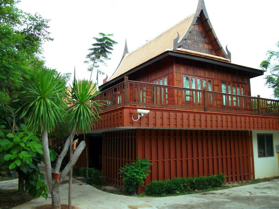 4. บ้านทรงไทยใหญ่ แบบ 2 ห้องนอน แล้วแบบห้องเดี่ยว ราคา 5,000 บาท พักได้ 4 ท่าน