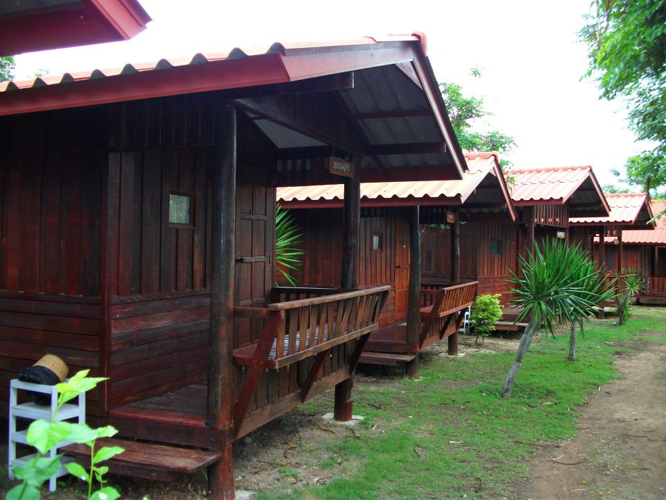2. บ้านไม้ ริมทะเล 1500 บาทต่อคืน พักได้ 2 ท่าน