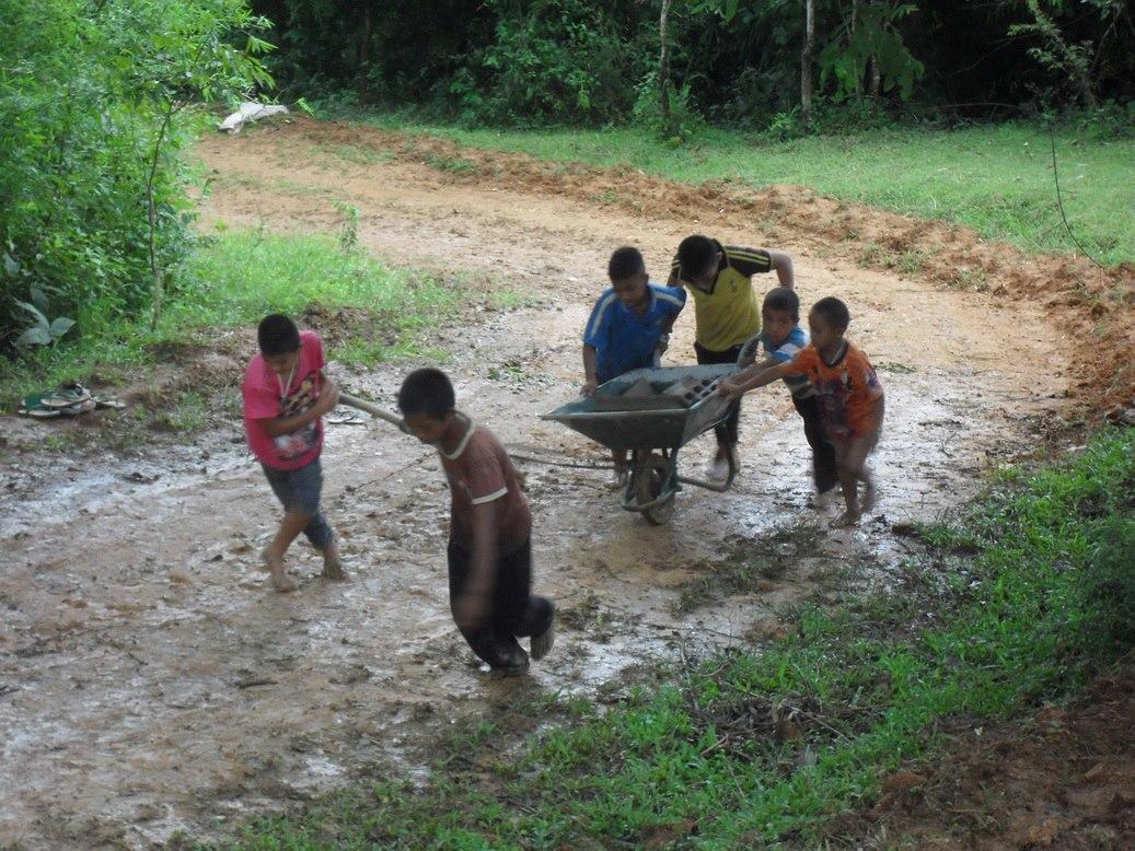 เด็กๆ กำลังช่วยขนวัสดุก่อสร้างมาสร้างพระธาตุเจดีย์ วัดเล่าลิ้วอาชาไนย(วัดสาขาตามแนวตะเข็บชายแดนไทย-พม่า) (ภาพกิจกรรมบุญ ปี พ.ศ. 2555)