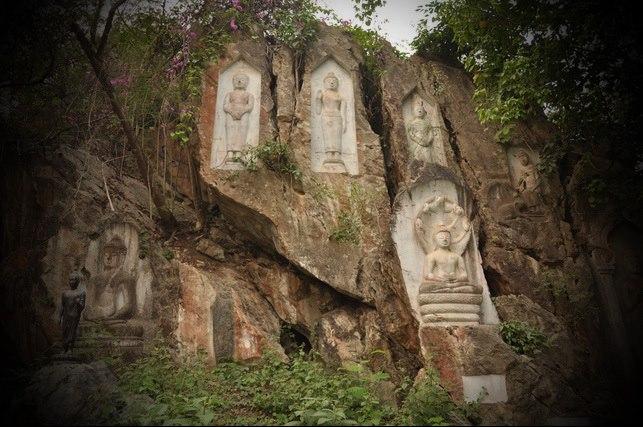 พระพุทธรูปแกะสลักบนหน้าผาหิน
