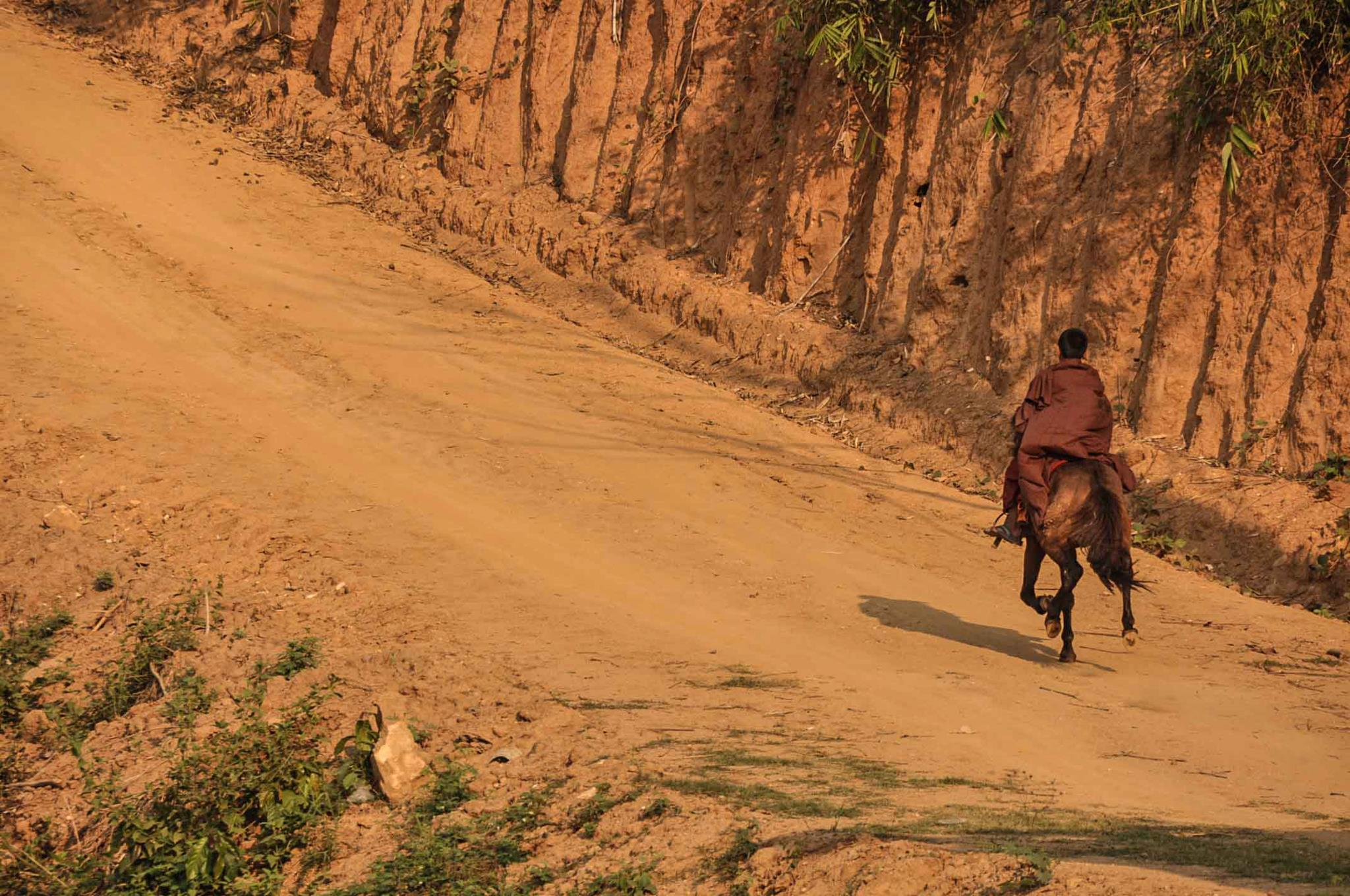 สัมผัสวิถีชีวิตพระขี่ม้า ณ สำนักปฏิบัติธรรมถ้ำป่าอาชาทอง จังหวัดเชียงราย