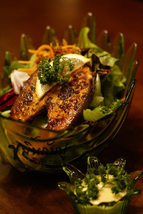 สลัดปลาแซลมอนย่าง (น้ำสลัดซีซ่าร์) - กินแบบผัก-ผัก