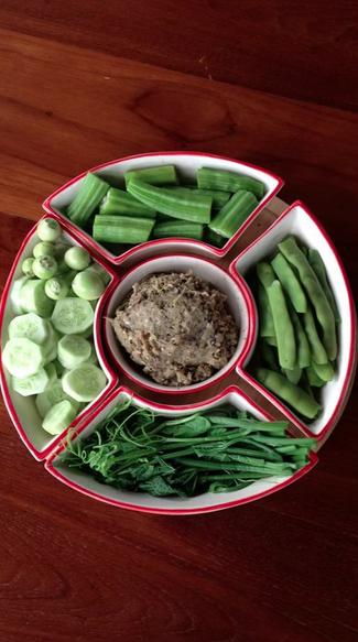 น้ำพริก กับผักจิ้ม เสริพพร้อมอาหารเย็น