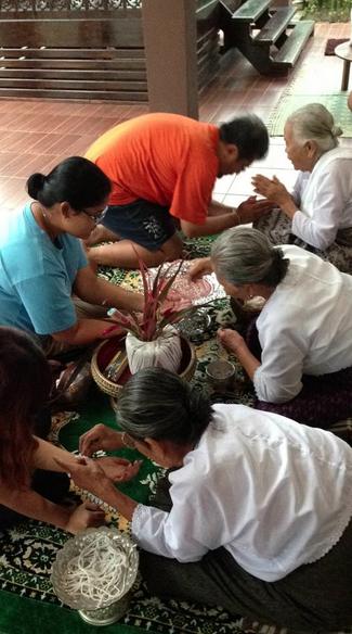 รับขวัญ ผู้มาเยือนโดนผู้เฒ่าผู้แก่เพื่อรับมาพักเป็นลูกหลาน