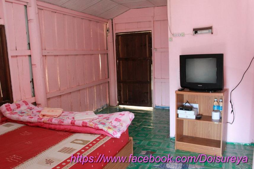เตียงเดี่ยว 1 เตียง มีทีวี ทาสีชมพูเหมือน 108