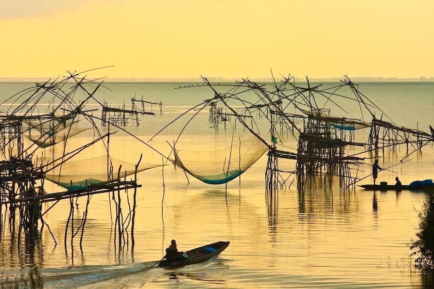 ชมแสงแรกที่พระอาทิตย์ขึ้นกลางทะเล ณ ปากประ จังหวัดพัทลุง